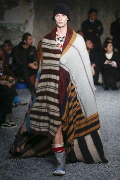 The complete Marni Fall 2018 Menswear fashion show now on Vogue Runway. Autumn Fashion 2018, Catwalk Fashion, Best Mens Fashion, Vogue Russia, Fashion Show Collection, Mens Clothing Styles, Marni, Fashion Forward, Fashion Outfits