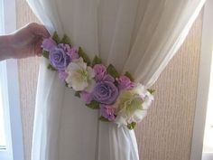 ideas Curtain holder - Decoration landscaping architectural and artistic designs & decoration videos Cortinas Shabby Chic, Shabby Chic Curtains, Diy Curtains, Felt Flowers, Diy Flowers, Fabric Flowers, Paper Flowers, Curtain Tie Backs Diy, Curtain Ties