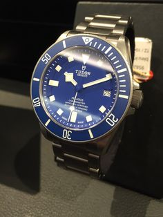 The TUDOR collection is based on two cornerstones, heritage and technology. The TUDOR Pelagos with the new inhouse-movement MT5621 introduces a new color combination for the dial, bezel and rubber strap: In addition to its original matt black version, this model is now available in matte blue, the emblematic color of the brand's divers' watches since the 1960s