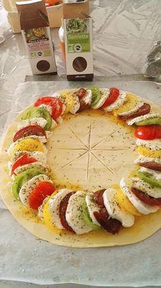 Tarte soleil tomates mozzarella - Oulala c'est bon astuce recette minceur girl world world recipes world snacks Tomate Mozzarella, Snack Recipes, Cooking Recipes, Healthy Brunch, Finger Foods, Food Inspiration, Good Food, Food And Drink, Tasty