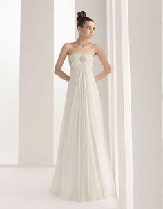 Strapless A-line chiffon bridal gown. Perfect for a beach wedding  | followpics.co