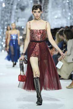 Dior serveert pailletten in alle kleuren van de regenboog, tijdens Paris Fashion Week