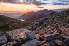 Sonnenaufgang auf dem Chäserrugg im Kanton St. Gallen in der Schweiz - das Licht lässt die Steine im Vordergrund wie Kupfer glänzen. Danke an Andi Hofstetter für das einzigartige Naturfoto! Mehr davon sehr ihr auf www.ahofstetter.ch und www.fotos-fuers-leben.ch