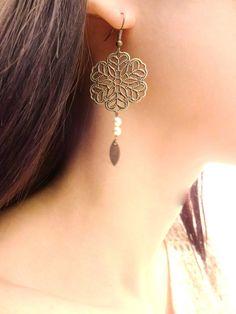 Boucles d'oreilles fleurs ajourées bronze et perles nacrées en cristal swarovsky crème perle : Boucles d'oreille par les-bijoux-d-aki