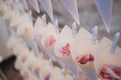 Hace tiempo que las bodas DIY (hazlo tú mismo) están de moda. Son la mejor solución para presupuestos ajustados y parejas con alma de artista. Tomad nota de los 9 mandamientos para conseguir una decoración DIY perfecta. ¡Manos a la obra!