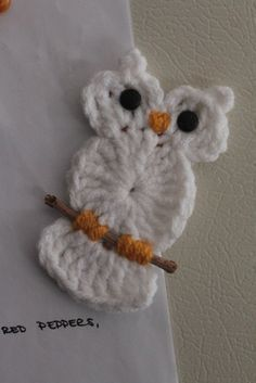 Cute crochet owl on twig! Crochet Diy, Crochet Birds, Crochet Amigurumi, Crochet Motifs, Love Crochet, Crochet Crafts, Crochet Flowers, Crochet Stitches, Yarn Crafts