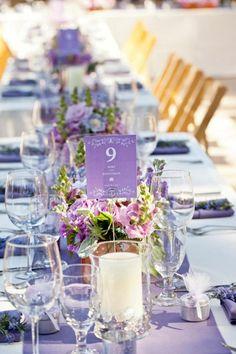 garten hochzeit frühling tischdeko lila blumengestecke