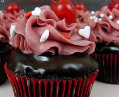Say whattt?!! CHOCOLATE COVERED CHERRY CUPCAKES