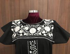 Un favorito personal de mi tienda de Etsy https://www.etsy.com/mx/listing/556446533/hand-embroidered-mexican-short-black