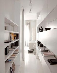Corredor branco, clean e com muito espaço para guardar e decorar