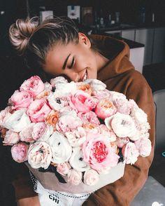 """Alexandra Burimova on Instagram: """"Девчонки, вам дарят цветы? Часто? Мужчины, вы дарите цветы? Какие? Сами выбираете? По особым случаям или регулярно? Мне правда очень…"""""""