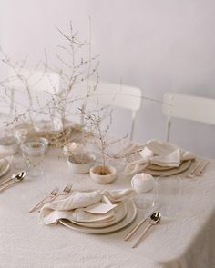 60 Extraordinary Winter Table Decoration You Can Make. Whether it be wedding table settings, black tie or prom, how to dress a table is an important detail to get right and it needn't cost you the e. Romantic Wedding Inspiration, Wedding Ideas, Wedding Planning, Romantic Wedding Flowers, Romantic Table, Romantic Weddings, Wedding Trends, Table Setting Inspiration, Winter Table