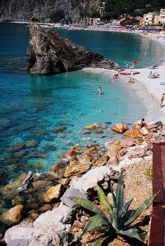 Le splendide Cinque Terre:  beach day - fairly certain this is Monterosso in Cinque Terre - @Molly Matson remember i wanted to climb that rock!? >> Guarda le nostre Offerte!