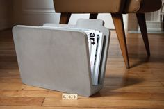 Concrete design elements inside - 10 top home accessories and small furniture - Decoration Gram Cement Art, Concrete Cement, Concrete Table, Concrete Crafts, Concrete Design, Diy Magazine Holder, Magazine Rack, Art Concret, Concrete Furniture