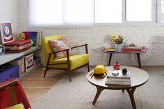 Decoração de: Sala de estar; poltrona retrô com estofado amarelo; Casa de Valentina