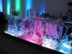Una mesa de hielo para animar la barra libre.  El arte en hielo tiene un soporte que va a recoger el agua cuando se vaya deshaciendo, por eso, no hay problema de que sean el centro de mesa del material más bonito que hayas visto.