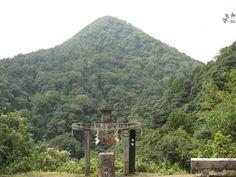 元伊勢 内宮 から 天の岩戸 への道から 祭られている ピラミッド と言われる 現在は山 夏至のとき 日の出は伊勢の夫婦岩、日が沈むのはこのピラミッド山の山頂