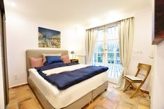 Guest room, Petit Paris, direct access to garden and sea-view, box spring bed and en-suite bathroom, air-condition.