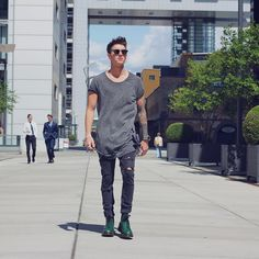 Moda masculina, camiseta abaulada cinza, calça sarja preta rasgada e sapato casual verde