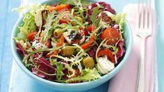 Schön bunt: Salat mit Tomaten, Käse, Oliven und Paprika und Honigvinaigrette   http://eatsmarter.de/rezepte/salat-mit-tomaten-kaese-olvien-und-paprika-und-honigvinaigrette