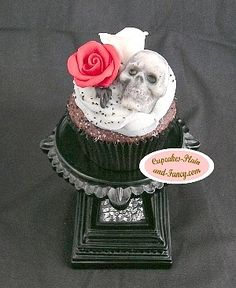 http://www.cupcakes-plain-and-fancy.com/images/roses-and-skull-cupcake.jpg