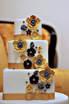 I love black and white cakes and with the pop of yellow, it's just brilliant.