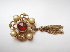 Art deco style, Red brooch, pearl, faux pearl brooch, vintage brooch, vintage pin, ladies brooch, pearl pin, gold tone, gift for her Vintage Pins, Vintage Brooches, Etsy Vintage, Pearl Brooch, Art Deco Fashion, Gifts For Her, Pearls, Magpie, 1950s Fashion