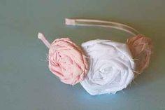 Esta linda diadema fue creada con unos cursis rosetones de tela…