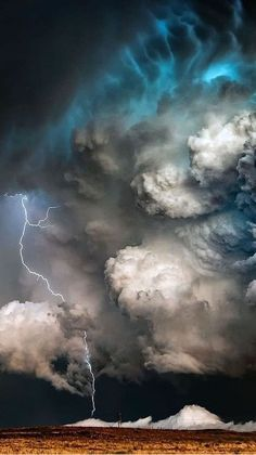 Lightning Photography, Storm Photography, Nature Photography, Nature Pictures, Cool Pictures, Wallpaper World, Wallpapers Tumblr, Wild Weather, Sky Aesthetic