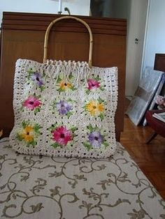 I love old lady bags Crochet Tote, Crochet Shoes, Crochet Handbags, Crochet Purses, Crochet Crafts, Crochet Projects, Crochet Bag Tutorials, Crochet Patterns, Granny Square Bag