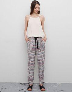 8 pantalones estampados para dar un toque de color a tus looks