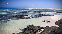 El Cotillo (Fuerteventura). Este pequeño pueblo turístico ofrece arenas blancas y aguas turquesas a lo largo de su costa para los más exigen...