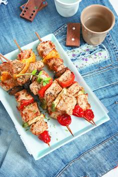 Juicy turkey and veggies souvlaki (olivemagazine. Pita Bread, Tzatziki, Chicken Wings, Kai, Veggies, Turkey, Cooking, Healthy, Recipes