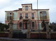 """La """"casa de los leones"""" de Llanes (Villa Flora) en la actualidad. ~ http://zanobbi.wordpress.com/otras-casas-otras-cosas/villa-flora-y-los-leones/"""
