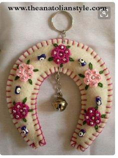New Craft Felt Pattern Feltro Ideas Felt Christmas Decorations, Felt Christmas Ornaments, Christmas Crafts, Felt Embroidery, Felt Applique, Fabric Crafts, Sewing Crafts, Felt Patterns, Felt Diy