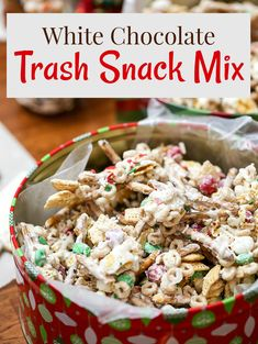 christmas snacks This White Chocolate Christmas Trash is a Snack Mix recipe with pretzels, cereal, candy tossed together with chocolate. Quick, easy and an addicting treat. Winter Desserts, Köstliche Desserts, Delicious Desserts, Plated Desserts, Slow Cooker Desserts, Christmas Snack Mix, Christmas Treats, Christmas Candy, Christmas Puppy Chow