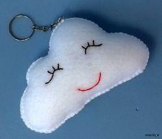 Gosto de nuvens! E as minhas têm carinhas :) Dá uma olhadinha nesse passo-a-passo! Crochet Keychain, Snoopy, Baby Shower, Bernardo, Wallpapers, Cloud Craft, Cotton Anniversary, Home Crafts, Felt Christmas Ornaments