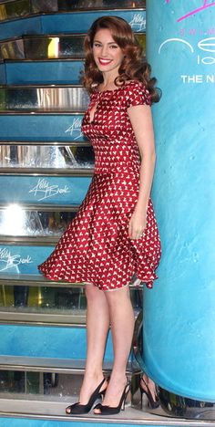 super cute dress /shoes for a vase shape -cut accentuates curves nicely -keyhole breaks up chest -puffed sleeves -small regular print -peep-toed shoes Kelly Brook Style, Kelly Brook Hot, Kelly Brook Bikini, Vintage Style Dresses, Casual Dresses, Hot Country Girls, Red And White Dress, Hottest Female Celebrities, Celebrities Fashion