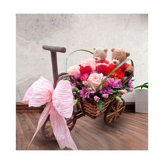 Carreta de mimbre con 6 rosas importadas. Rosas de color rosa y rosas rojas