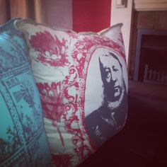 Gemaklikheid is die fokus. Throw Pillows, Toss Pillows, Decorative Pillows, Decor Pillows, Scatter Cushions
