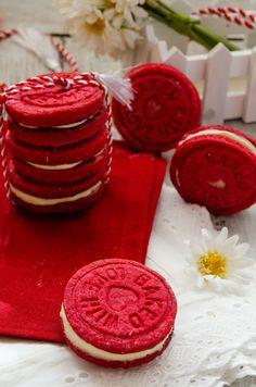 Initial i-am numit biscuiti martisor pentru ca s-a intamplat sa iasa mai mult decat rosii :). Fiind biscuiti cu zmeura, m-am gandit sa le dau o nota usor roz, dar colorantul meu rosu s-a dovedit a fi mult prea puternic, asa ca am schimbat un pic datele problemei. Ca si aspect, le puteti da … Biscuit, Sweets, Sugar, Cookies, Pastries, Desserts, Blog, Note, Crack Crackers
