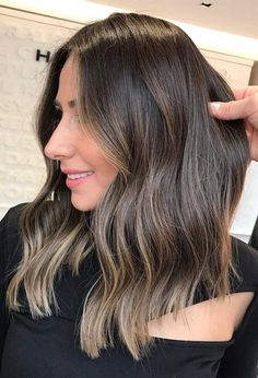 Summer's gone, It's FAll now! looking for a change in this fall? it's time to head to the salon and hit the refresh button. We have rounded up the best 51 Gorgeous Fall Hair Colors to try in this fall season. Brown Hair Balayage, Brown Hair With Highlights, Hair Color Balayage, Peach Hair Colors, Brown Hair Colors, Hair Colours, Feria Hair Color, Creative Hair Color, Strawberry Blonde Hair Color
