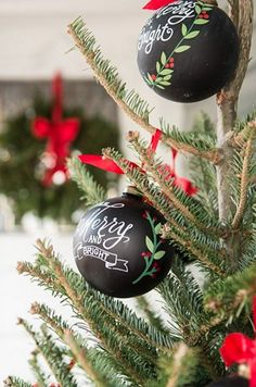 Paint plastic Christmas balls with chalkboard paint. Then you can write whatever you want on them Christmas Makes, Christmas Colors, Christmas Art, Christmas Holidays, Christmas Bulbs, Country Christmas, Red Black White Christmas, Holiday Ornaments, Christmas Decorations