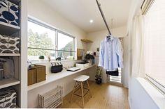 oh!! one house 池田建設は、三重県津市・松阪市・伊勢市を中心にデザイン注文住宅をご提案しています。池田建設の魅力は、完全自由設計ながらも価格を抑えた住宅を実現できること。あなたの理想の住まいを実現いたします。 Bathroom Toilets, Laundry In Bathroom, Dream Home Design, House Design, Muji Home, Backyard Kitchen, Iron Table, Laundry Room Storage, Japanese Interior
