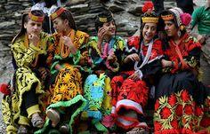 Büyük İskender'in Kayıp Kabilesi Kalaşlar   Pakistan'ın kuzey batı Afganistan sınırındaki 3 bin metre yüksekliğindeki dağların arasındaki Bumburet, Rumbur ve Biriu adlı derin vadilerde yaşayan Kalaş topluluğu inanışları ve yaşam tarzları ile bölgede yaşayan diğer halklardan farklılık gösteriyor. İnanışları Pagan kültürünün izlerini taşıyan Kalaşların erkekleri normal kıyafetler ile gündelik yaşamlarını sürdürebilirken kadınlar ise hayatları boyunca kendilerinin diktikleri renkli geleneksel…
