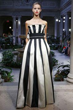 Em 2016 a marca Carolina Herrera completa 35 anos! Pra celebrar, a estilista olha pro passado da casa nessa primavera-verão 2017.
