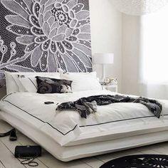 Renda-se à esta ideia! A elegância do quarto preto e branco é valorizada pelo painel de renda na parede.#decoração