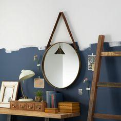 une belle idée de décoration DIY vintage - un miroir rond suspendu au mur par une lanière cuir