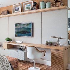 Móvel para tv no quarto + bancada de trabalho!! Tudo em madeira clara com painel…