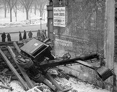 Una máquina excavadora vuelca al romperse uno de las vigas de madera que la sostenían durante la bajada al solar de una obra en Tremont Street, Boston, 1927.